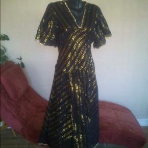 Varetype: 💚🌸💚 Smuk kjole i sort og guld m. Slidser se mål + fotos Størrelse: M se mål Farve: Sort guld  Lækker kjole m slidser ved ærmer m.m. Den er let og lidt gennemsigtig, slidesene starter ved hoften, så inderkjole eller anden underdel er at foretrække vil jeg tro ;))  Str. M  længde 132  brystmål 98-100 Sort og guld super flot stand  Bytter ikke!  ** Se også alle mine andre annoncer med tøj og sko - Tøj: str. 34-50 Sko/støvler: 36-41 desuden tasker, smykker, tørklæder, bælter o.m.a.**  *** Klik på mit brugernavn for at se samtlige annoncer ***
