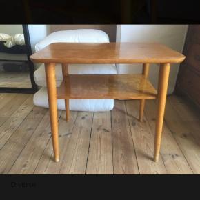 Fint retro sofabord.  62cm langt, 40cm bredt og 55cm højt.