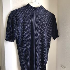 Plisseret t-shirt fra Pieces i en størrelse xsmall, kan også passes af en small. Nypris er 229 kr.   Kan sendes på købers regning🌸
