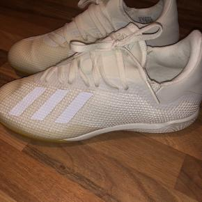 Indendørs sko fra Adidas. I størrelse 39 1/3, har været brugt 2 gange. Np var omkring 500