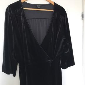 Smuk velour-buksedragt fra Monki med 3/4 ærmer og ankellange bukseben. Kun brugt få gange.