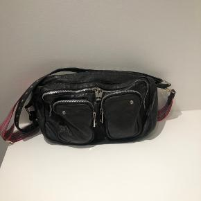 Jeg sælger denne Nunoo taske.  Der mangler en flip på den ene lynlås.