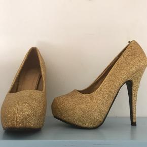 Trend footwear stilletter guldglimmer.  Brugt en enkelt gang. Ingen skader.