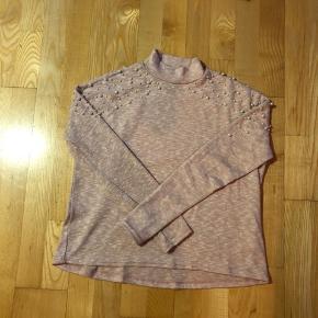 Lyserød bluse med de smukkeste perle deltaljer  Afhentes 8000 Aarhus C  Eller sendes med Dao for 38kr.