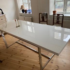 Spisebord fra Ilva, 90x180cm - har en tillægsplade på 50cm, den har dog et lille brændemærke
