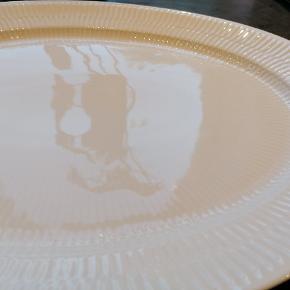Fint ovalt fad, 34 cm. I perfekt stand, brugt minimalt.