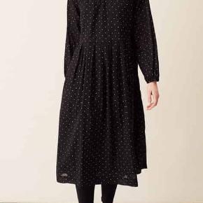 Fin kjole i 100% organic cotton fra Skall Studio. Er oversize i modellen, så tjek gerne mål: Brystmål. 53 cm på tværs fra armhule til armhule, dvs 106 cm i omkreds. Længde: 115 cm fra nakken og ned. I god stand uden huller, fnuller, pletter eller lign. Eneste bemærkning er at hægterne til knapperne ved håndleddet er udskiftet til to håndhækkede sorte hægter, da de oprindelige ikke holdt. Søgeord: Skall studio prikket kjole sort hvid prikker dots Black White midi long lang økologisk bomuld gravid oversize