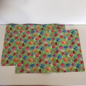 2  farverige dækkeservietter.  Retro  Næsten nye - blød plastik med tynde stivere i hver side så de ligger flot   Unika smuk på bord   Sender gerne   Se flere annoncer