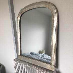 Flot stort antik spejl med træ ramme. Mål: 81 høj, 71 bred. Nypris 2199kr