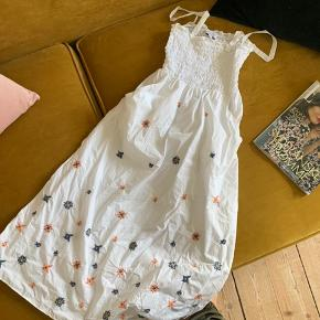 Smukkeste kjole med fine broderinger og lommer 💗 brugt 1 gang, str. 36