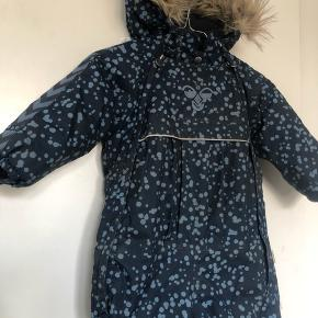 Lækker snow flyverdragt ingen huller, vasket i neutal til overtøj brugt 1 sæson meget lækker og med aftagelig pelshætte