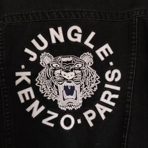 Kenzo denim jakke i sort med broderet logo på ryggen. Rigtig fed. Fremstår rigtig flot. Str medium  Skulder til skulder 40 cm Bryst 46 cm Ærmelængde 58 cm Længde  Skulder til bund 56 cm