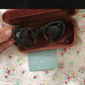 Ganni 'May' solbriller i multifarvet (brun/sort). Solbrillerne er aldrig brugt og der medfølger solbrille etui og æske og ægtehedsbevis :)