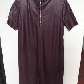 Læder kjole med lynlås i nakken
