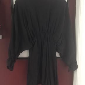 Brugt 1 gang - købt i september måned. Sort kjole fra ZARA.