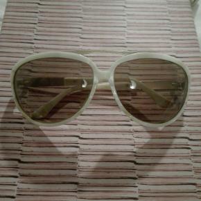 Solbriller fra mærket Moods of Norway. Har aviator facon, og stellet er perlemors farvet. Ingen ridser på glasset og etui følger med. Købt i Synoptik. Nypris 2000kr.