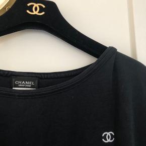 Fantastisk Chanel uniform t-shirt - benyttet af Chanels personale i deres stores. Fleksibel i størrelse - xl af mærke. Jeg svinger selv ml. en str. S og M, hvorfor jeg har benyttet den med et lidt mere oversize-fit. Sælges til 1200kr.  #30dayssellout