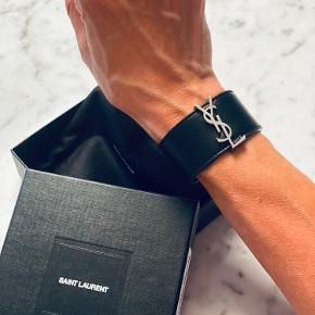 SAINT LAURENT Bijoux Black Nero sort læder armbånd 3 cm bredt, med YSL hardware. Small - 16,3 cm i omkreds.   Har ALDRIG været brugt.  Ny pris 3.300,-  Sælges for 1.200,-