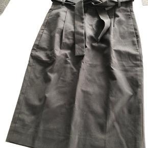 Flot sort nederdel, aldrig brugt.