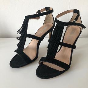 """Super fine højhælede stiletter (sandaletter) i sort med """"flæser"""" fra Pier One.  Hæl: 9 cm  Jeg har aldrig brug dem og de er derfor som nye.  Skriv hvis du ønsker flere billeder :)"""