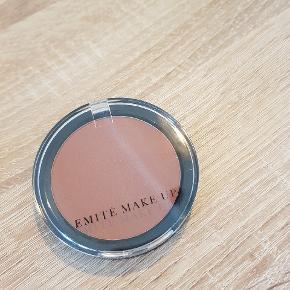 Emite, powder blush 1085  Nypris 185 kr Aldrig brugt  Afhentes i Aalborg  Kig gerne mine andre annoncer for mere makeup og hudpleje 😊
