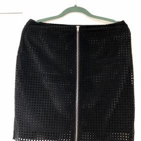Skøn nederdel i imiteret ruskind med hulmønster og lynlås foran. Der er underskørt fastsyet i nederdelen.  #30dayssellout