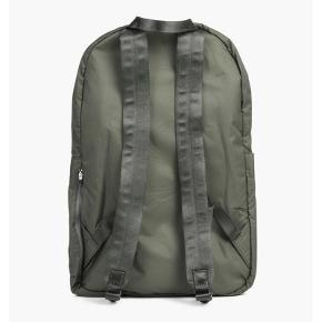 """Norse Projects backpack i grøn farve. Lavet af 100 % nylon.  Aldrig brugt før.  Kan indeholde en 15"""" bærbar. Tasken har 3 lommer med lynlås.  https://www.norsestore.com/commodity/22959-norse-projects-louie-ripstop  Prisen er fast! Ellers tilbyder jeg mængderabat på denne og flere af mine ting."""
