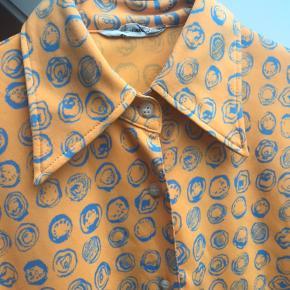 Orange og blå skjorte i strækstof , str s :3
