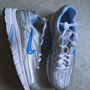 Sælger disse Nike Initiator i størrelse: EU41- US9,5 - UK7- 26,5CM Skoene er aldrig brugt. Flere billeder kan sendes. Bud er velkomne.  Kan afhentes i Odense eller sendes med posten. Foretrækker at handle via mobilepay. Ved TS-handel betaler køber for gebyrer.