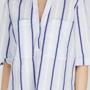 Fin skjorte fra Samsøe samsøe i bæk og bølge  Fremstår som ny.  Fra ikke ryger hjem Sender mod betaling af fragt