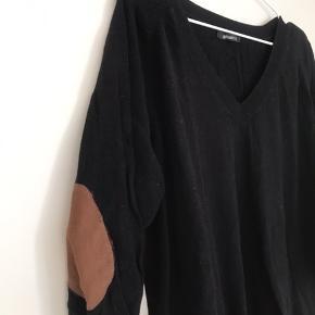 Lækker blød sweater m. patches på albuerne. Brugt få gange.