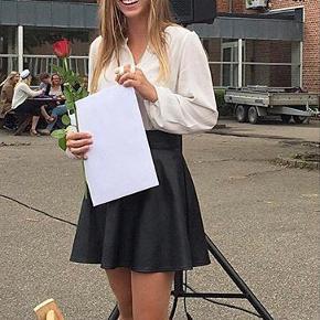 PU nederdel fra Vero Moda i en str. 34/XS, men kan sagtens bruges af en 36/S. De eneste tegn på brug er ved lukningen, hvor der er en lille rids på 2 mm, men denne ses ikke når man har nederdelen på:)