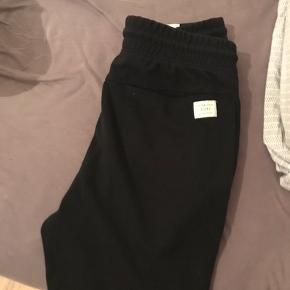 Sorte shorts. Kan bindes med snøre.