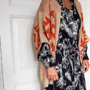 Sælger min Chola Kimono Gabriella  Jeg er selv en M og den passer perfekt, det er en oversize model.  Materialet er 100% Alpaca. Den er strikket af Bolivianske kvinder i hånden efter Fairtrade princippet