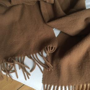 Lækkert uld halstørklæde fra magasin!  I rigtig god stand (har dog klippet mærket af)  Længde: ca. 174 cm
