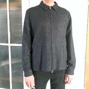 Libertine-Libertine herre jakke. Mørke blå denim farve med lynlås foran, den er blandet uld og viscose, med polyester fór.  Standen er som ny. Str. XL