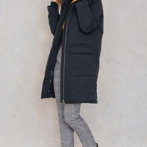 SÆLGES BILLIGT. SKAL VÆK NU.  Rigtig fin frakke fra Minimum str. 38. Velholdt. Stor lækker pelskrave, og med lynlås i begge sider, så det letter bevægeligheden fx. ind og ud af bilen. 6700/Rørkjær