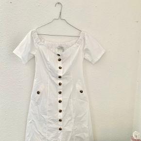 Hvid MIDI-offshoulder kjole fra NAKD. Er aldrig brugt, stadig med prismærke. Har de fineste knappe detaljer og er alt i alt bare en rigtig lækker kjole, der søger et nyt hjem. 🌸  Varen kan sendes på købers regning eller leveres i Hillerød eller Gribskov-området mod betaling  💛💛💛