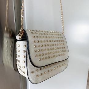 Beige taske med guld detaljer og nitter. Aldrig brugt. Kan afhentes på Nørrebro eller sendes 🤎