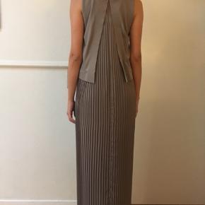 Meget elegant lysegrå/brun kjole str. XS fra Cos sælges. Længde 132 cm. Den har ikke været brugt, og fremstår derfor som ny. Se også mine andre annoncer, da jeg sælger ud af klædeskabet :-)   Tags: COS Galla Gallakjole Festkjole Grå  XS Str. XS Lang kjole