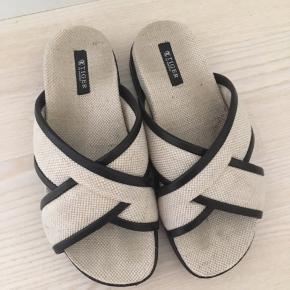 Super fede sandaler / klipper / slippers fra Tiger of Sweden  - med kryds over foden - perfekte til forår / sommer  - str. 36 (36-37 kan passe, da den er åben) - brugt 3 gange, men de dur desværre ikke på min fod - har meget lidt mærker fra foden i bunden, da den er råhvid, men ses ikke i brug - kanter er sort læder/skind (har minimal rids foran på skindet, men ses slet ikke i brug. Så det først, da jeg tog billeder.) - vil sige næsten som ny, men pga. de småting, jeg har nævnt, og for at køber ikke bliver skuffet, har jeg sat til god men brugt  - nypris 1200,-   Sælges udelukkende så billigt, da jeg ikke kan bruge dem