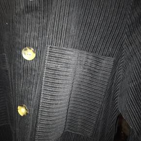 Super fed skjorte i corduroy stof. Den fejler absolut intet, sælges udelukken fordi jeg ikke bruger. Har haft den på 1/2 dag, så den er ikke vasket eller nærmest brugt.
