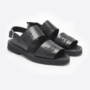 Sandaler sælges da de er for store. Aldrig brugt.