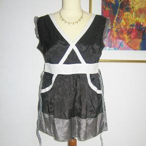 100 % NY: Superflot tunika fra KAFFE med sort/hvid stribet bælte. Materialet er 100 % viscose.  Brystvidde: 48 cm x 2 Livvidde: 40 cm x 2 Længde: 70 cm  Ingen byt, og prisen er fast