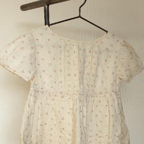 Sødeste skjorte bluse. Let og lækker kvalitet. Ikke brugt meget. 100pp Se gerne mine andre annoncer. Alt til prinsessen, lækre mærker. Gør en god handel