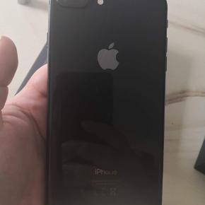 iPhone 8 plus 64 gb, trænger til skærm skift på front skærmen men udover det fejler den intet. Den sælges med kasse originale headset oplader cover og panserglas som sidder på.