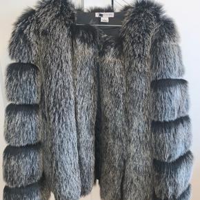 Meget smuk fake fur-jakke fra Trendday i str. L. Den er mørkegrå og sort. Har et dejlig for, så den er varm og passer perfekt til vinteren.  Helt ny med prismærke. Købt for 1299, sælges for 500kr.