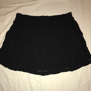 Super fin sort nederdel fra Maison scotch med lommer og flotte detaljer. Størrelsen er 2, vil vurdere en small og en medium vil kunne passe den