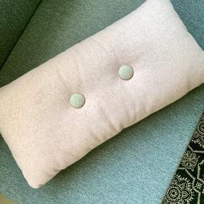 Aflang Hay Dot pude i lyserødt uld. Mål: 70x36 cm. Som ny. Nypris: 650 kr.
