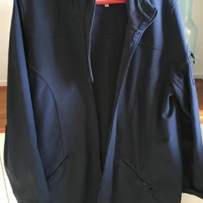 Varetype: Soft Shell jakke Størrelse: M Farve: Blå Oprindelig købspris: 899 kr.